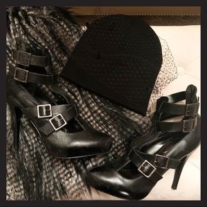Steve Madden Black heels with belt details sz 9.5